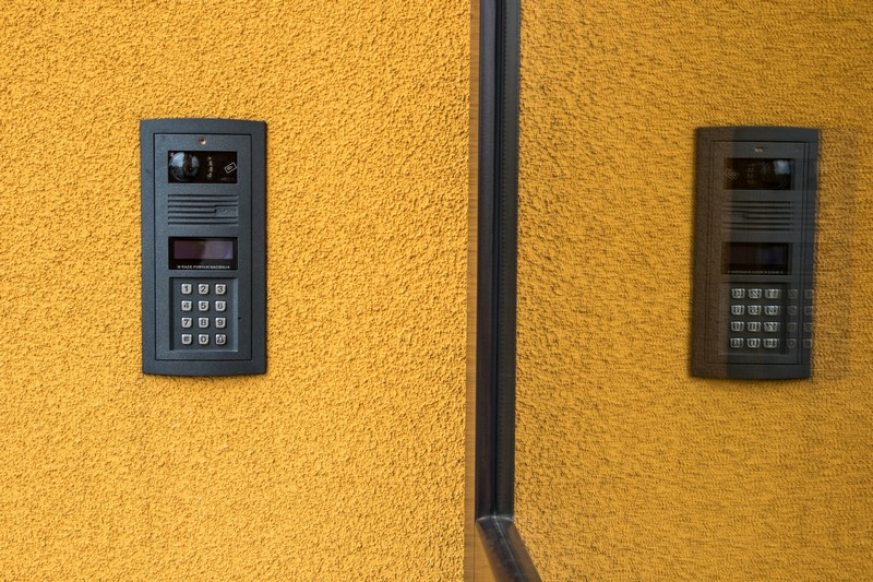 Tychy, ul. Nowa - wideofon przy wejściu do budynku
